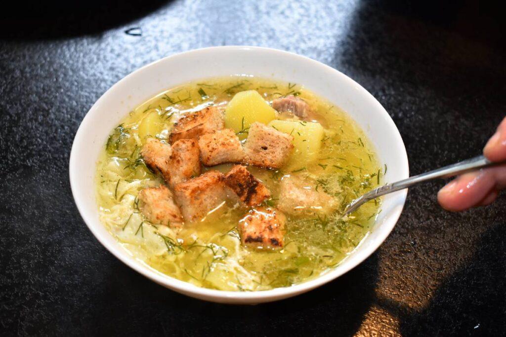 Як приготувати ситний чеський часниковий суп з сухариками